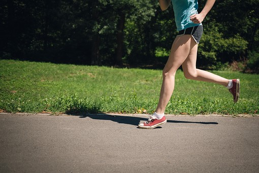 人物 外人 外国人 女性 運動  スポーツ 趣味 レジャー ジョギング ランニング  マラソン 走る トレーニング 日課 健康  健康管理 ジョギングコース 公園 緑 自然  風景 景色 屋外 道路 足 脚 アップ