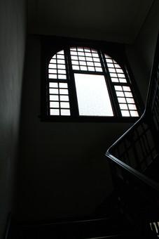 ガラス シルエット 太陽光 浮かぶ 芸術 美術品 インテリア モチーフ 植物 明るい 中華 窓 木枠 枠組み シンプル 豪華 モダン 雰囲気 謎 神秘的 明かり 工芸品 階段