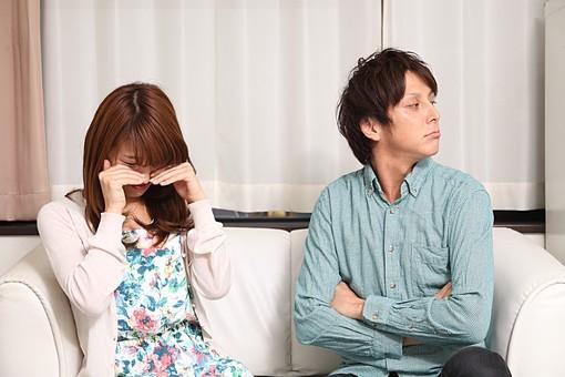 人物 日本人 男性 女性 カップル  友人 友達 男女 若者 若い  20代 屋内 室内 部屋 リビング  ソファ けんか ケンカ 喧嘩 泣く ウソ泣き 演技 許さない そっぽを向く 怒る 謝らない オーバーリアクション mdfj012 mdjm009
