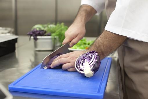 厨房 台所 キッチン 料理 調理  コック シェフ 料理人 包丁 ナイフ 切る カット まな板 レストラン 仕込み 下準備 野菜 青 バット ボディパーツ 腕 持つ 手 紫キャベツ レッドキャベツ 赤きゃべつ 男性 外国人