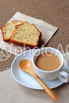 ミルクティーとパウンドケーキの写真