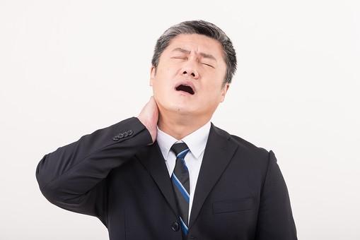 男 日本人 男性 男の人 40代 50代 壮年 会社員 社長 部長 課長 係長 ビジネスマン サラリーマン スーツ ネクタイ 白髪 お父さん 恰幅がいい 白バック 白背景 ポーズ 病気 肩凝り 首 寝違え ヘルニア 痛い 病院 通院 持病 中年 中高年 シニア mdjms013