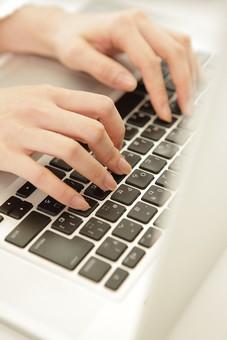 キーボード パソコン 通信 インターネット メール  周辺機器 屋内 オフィス 入力装置 家電 事務用品 デスクワーク ボタン 機械 シンプル ビジネスアイテム クローズアップ 文字 アルファベット 入力 操作 手 ハンドパーツ パーツ ボディーパーツ