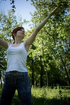 外国人 外人 女性 女 ヨガ ストレッチ エクササイズ フィットネス ストレッチ 健康 体操 温まる 痩せる 鍛える 精神 体 屋外 森 森林 木 樹木 植物 緑 集中 姿勢 ゆったり 手を伸ばす  mdff020