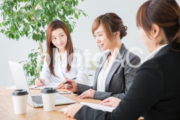 会議のイメージ(笑顔)の写真
