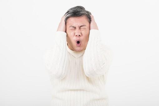 50代 中年 中高年 シニア ポーズ 白背景 白バック  白髪 しらが グレー グレーヘア 短髪 父 お父さん おじさん おじいさん おじいちゃん 目上 セーター 白いセーター 私服 プライベート   頭を抱える 頭 手 抱える ショック 病気 脳 脳出血 脳梗塞 頭痛    日本人 男性 男 mdjms013