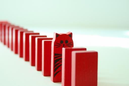 ドミノ ネコ 猫 ねこ 赤 レッド 仲間外れ なかまはずれ 杭 行列 整列 並ぶ 順番 順番待ち ドミノ倒し