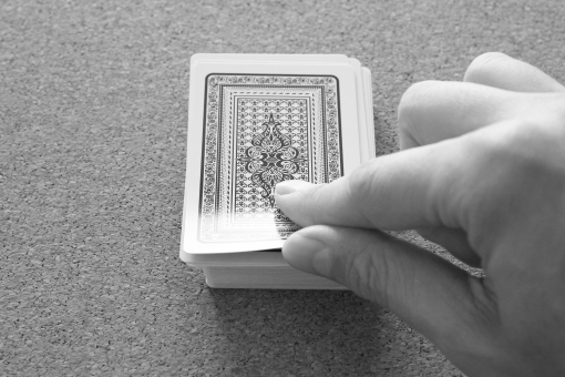 カードをめくる カード トランプ 捲る 未来 将来 不安 期待 心配 人生 生き方 ライフスタイル ビジネス 仕事 挑戦 チャレンジ 運 幸運 不運 運命 方向性 ギャンブル 勝負の世界 未知の世界 先行き不安 勝負運 勝ち負け ゲーム カジノ 自分を信じる
