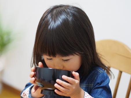 子供 子ども 幼児 女児 食事 スープ お椀 日本人 みそ汁 miso soup cute girl child kids japanese 飲む 少女 育児 アレルギー 好き嫌い 元気 健康 育児 お味噌汁 女の子