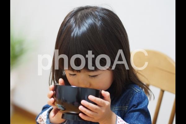 お味噌汁を食べる女の子1の写真