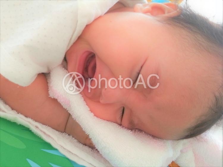 大泣きする赤ちゃんの写真