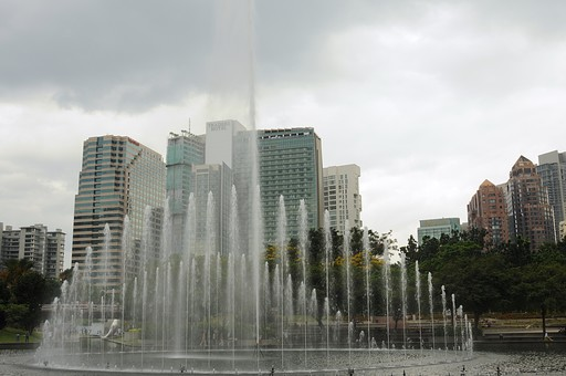 外国 東南アジア マレーシア マレー半島 クアラルンプール 首都 世界都市 KL 観光地 観光 名所 建物 ビル 高層ビル 都会 公園 広場 噴水 水 町並み 植物 空 雲 室外 屋外
