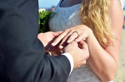 人物 外国人 新郎 新婦 花婿 花嫁 男性 女性 男の人 女の人 成人 男女 カップル 新婚 アベック 夫婦 夫 妻 ブーケ 花束 ポーズ 手を取る 指輪 指輪の交換 マリッジリング 金 儀式 嵌める 手 指 幸せ 結婚式 屋外 室外
