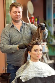 屋内 室内 モデル 外国人 人物 人 人間 大人 女性 女 20代 男性 男 若い 2人 美容師 ヘアケア 頭 髪 茶髪 美容院 美容室 ヘアサロン ヘアダイ 毛染め 色 付ける 塗る ブリーチ 美容 技術 髪の毛 長髪 ロングヘア カメラ目線 ヘアカラー カラーリング mdff134 mdfm078