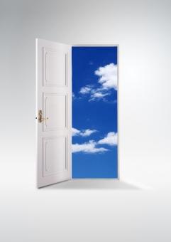ドアの向こうの空_縦ver(白バック)の写真