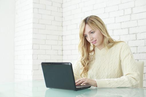 人物 女性 20代 外国人 外人  外国人女性 外人女性 モデル 若い セーター  ニット 私服 カジュアル ポーズ 金髪  ロングヘア 屋内 室内 部屋 パソコン ノートパソコン テーブル 見る インターネット 情報 メール チェック 操作 ライフスタイル mdff045
