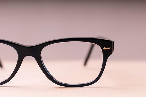 メガネ 眼鏡 めがね 黒 大人 ブラック 黒ぶち フチ 小物 ファッション カッコイイ かっこいい 恰好良い オシャレ おしゃれ お洒落 雑貨 片目 クール 木目 机 高級 人気 流行り 流行 正面 フレーム アップ