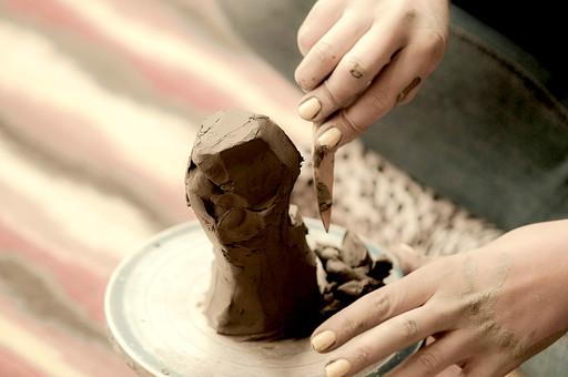 陶芸 工芸 伝統 手作り 職人 技 職人技 芸術 和風 アート 美術品 歴史 焼き物 陶器 彫刻 成形 道具 粘土 手 手元 爪 指 アップ ろくろ 食器 器 工房 アトリエ