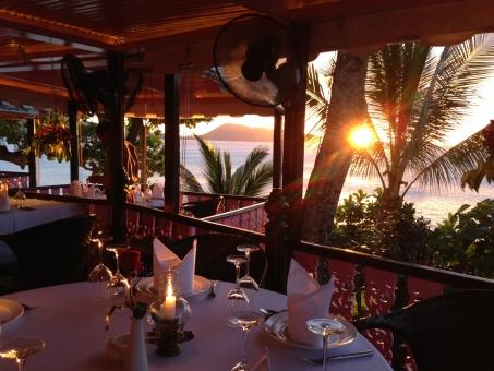 夕日 ロマンチック カップル ディナー プロポーズ 結婚 外国 海外 アジア リゾート 挙式 サプライズ 高級 海 レストラン 食事