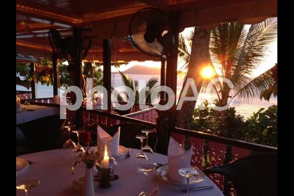 夕日と共にロマンチックなディナーの写真