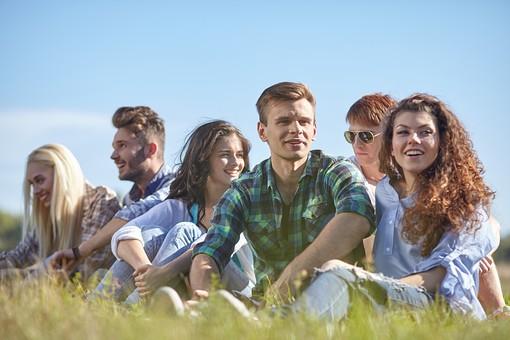 人物 外国人 モデル 男性 女性  男女 複数 グループ 仲間 友達  20代 若者たち 大学生 屋外 野外  草原 青空 ファッション カジュアル 集まる 座る 語らい 和やか 和気あいあい 楽しい おしゃべり 笑顔 仲良し   爽やか 青春   mdff025 mdff026 mdff027 mdfm007 mdfm008 mdfm009