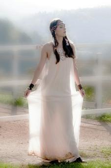 人物 女性 外国人 外人 外国人女性  外人女性 モデル ロングヘア 長髪 黒髪  ファッション フォークロア フォークロア調 ボヘミアン 民族衣装  エキゾチック 幻想 幻想的 ロマンチック ファンタジー 屋外 野外 外 牧場 全身 ドレス ワンピース 白 ソフトフォーカス ポーズ 透ける ポートレート ポートレイト 自然 風景 目を閉じる mdff086