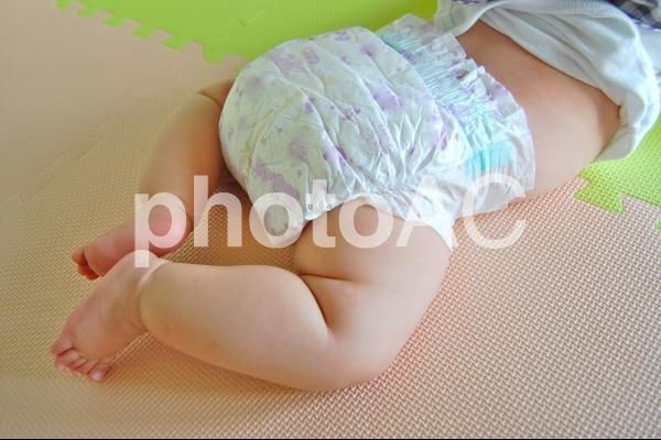 オムツ姿の赤ちゃんの写真