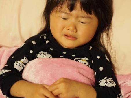 しんどい 寒い 頭痛 布団 寝る 泣く 枕 布団 風邪 インフルエンザ 子ども 子供 女児 幼児 日本人 パジャマ pajamas girl child kids japanese cold ダウン 寝顔 病気 腹痛 頭痛 痛い