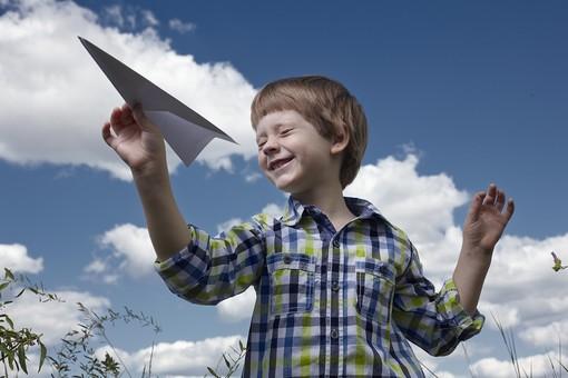 自然 青空 空 雲 青 グラデーション 晴天 天気 晴れ 紙 紙飛行機 飛行機 工作 作る 折る 作品 飛ぶ 飛ばす 投げる 白 人物 外国人 子供 小人 手 つまむ 植物 緑 草 野草 雑草 背景 室外 屋外 mdmk014