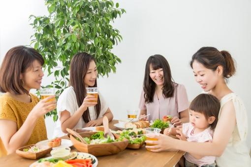 食事する女友達の写真