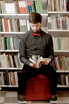 本 ブック 書物 書籍 図書 読書 読む 趣味 勉強 人物 男性 男 外国人 若い 若者 髭 20代 全身 本棚 書棚 図書室 図書館 めくる 捲る ページ パラパラ 椅子 座る mdfm079