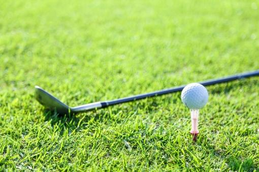 スポーツ レジャー 運動 屋外 外   野外 休日 趣味 ゴルフ ゴルフ場   ゴルフコース 接待 芝生 緑 グリーン ゴルフボール ボール 球 ゴルフクラブ クラブ アイアン ゴルフ道具 ゴルフ用品 地面 アップ 無人 ティー ティーショット
