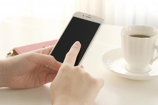 人物 女性 人 手 スマホ スマートフォン 携帯 携帯電話 コーヒー 珈琲 インターネット ネット アプリ 電話 モバイル 通信 情報 ビジネス ビジネス小物 ティータイム 飲み物 女 メール Facebook iPhone LINE MVNO sim SNS Twitter