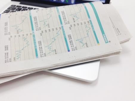新聞 パソコン 投資 株式投資 チャート ビジネス ビジネスシーン PC