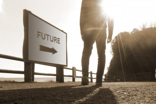 未来へ歩き出す人(セピア)の写真