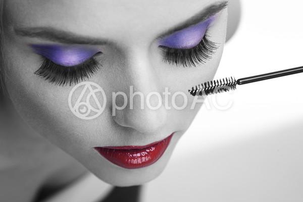 マスカラをつける女性の写真