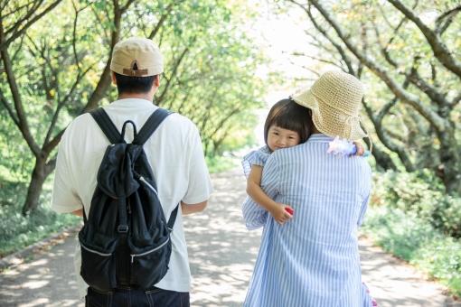 ママに抱きつく子供の写真