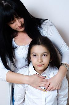 人物 2人 女の子 少女 女性 外国人 セルビア人 親子 母 娘 子供 抱きしめる スキンシップ ふれあい ぬくもり 安心 笑顔 微笑み 愛情 母性 慈しむ 幸せ 白い服 黒髪 ロングヘア 白バック 白背景 mdfk022 mdff122