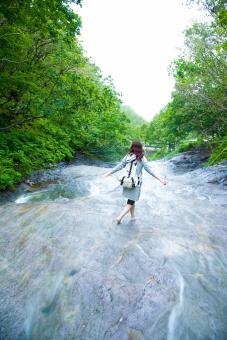 カムイワッカ 滝 水 自然 知床 女 女性 滝遊び 歩く 温泉 温かい 立ってる人