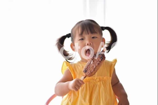 五平餅を食べる子供の写真