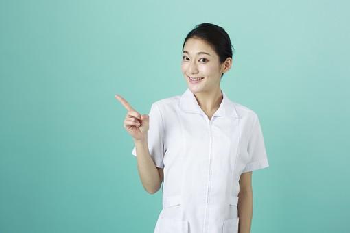 人物 女性 日本人 20代 30代  仕事 職業 医療 病院 看護師  ナース 医者 医師 女医 白衣  看護 屋内 スタジオ撮影  背景 グリーンバック  おすすめ ポーズ 上半身 指差し 指さす 横 注目 ポイント 案内 説明 薬剤師 mdjf010 グリーン 緑