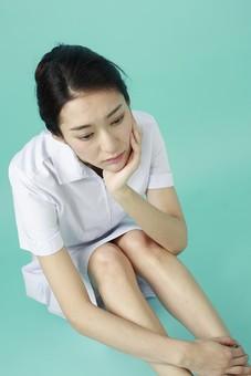 人物 女性 日本人 20代 30代   仕事 職業 医療 病院 看護師  ナース 医者 医師 女医 薬剤師  白衣 看護 屋内 スタジオ撮影 背景  グリーンバック おすすめ ポーズ 全身 座る ぼんやり しょんぼり 落ち込む ハイアングル 頬杖 mdjf010