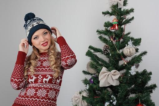 白バック 白背景 グレーバック 外国人 白人 金髪 ブロンド 20代 30代 女性 セーター ニット ノルディック柄 スカート クリスマス Christmas X'mas クリスマスツリー ツリー モミ もみの木 樅の木 モミの木 飾り オーナメント ボール リボン ブーツ 松ぼっくり 立つ 上半身 ポーズ ニット帽 帽子 キャップ ニットキャップ カメラ目線 mdff129