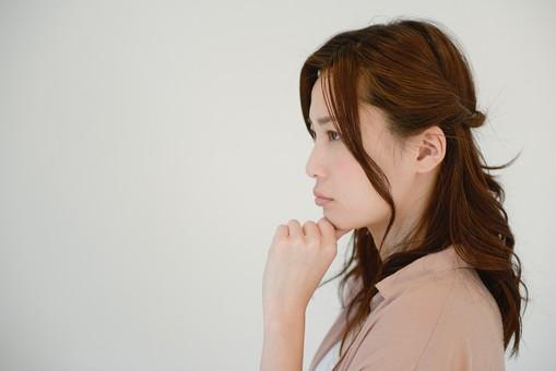 日本人 女性 女 30代 アラサー グレーバック 背景 グレー ポーズ ハーフアップ 髪型 髪 ヘアー ヘアカラー 茶髪 ナチュラル 私服 カジュアル ピンク ピンクベージュ 考える 悩む 迷う 真剣 横顔 無表情 表情 しぐさ 仕草 不安  mdjf013