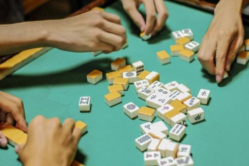 パイ 麻雀 大人の遊び 手 賭け事 ギャンブル ダンディー 並べる 緑 黄土色 依存 危険 ジャラジャラ じゃらじゃら 白 黒 中国 テーブルゲーム 熱中 ギャンブラー 駒 雀荘 賽 財産 男気