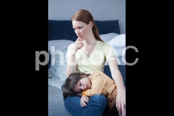 息子を膝枕するお母さん2の写真