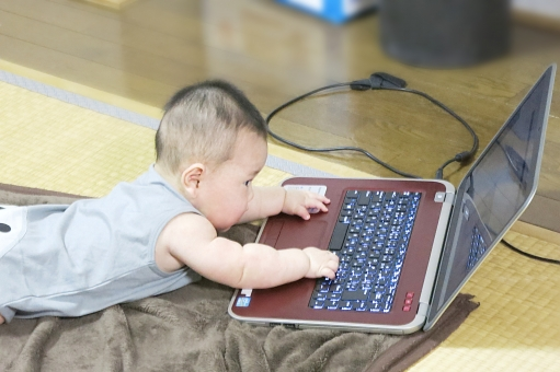 赤ちゃん あかちゃん ベビー ベイビー 赤ん坊 baby 0才 0歳 6ヶ月 6カ月 6ヵ月 6か月 こども 子ども 子供 キーボード パソコン pc 興味 好奇心 好奇心旺盛 いじる 触る 触れる たたく 画面 遊ぶ 遊び 成長 発育 育児 寝そべる 腹ばい 腹這い 畳部屋 和室 男の子 男児 室内 こそこそ いたずら 悪戯 イタズラ ボタン 勉強 子育て 驚き あそぶ 真剣 かわいい ko 押す タッチ タッチする おもちゃ 玩具