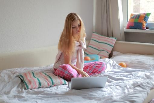 リラックス プライベート 外国人 女性 女 20代 白人 ブロンド ブロンドヘア 金髪 ロングヘア パジャマ ルームウェア 部屋着 自室 部屋 休日 休み まったり 全身 ベッド 布団 ひとり 一人 寝起き あぐら PC パソコン ノートパソコン Mac マック ネットサーフィン ネット インターネット 調べる mdff010
