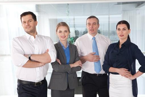 ビジネス 仕事 ビジネスマン 会社 会社員 グローバル インターナショナル 外国人 白人 男性 シャツ ネクタイ スーツ ビジネスウーマン キャリアウーマン 女性 スタイリッシュ 屋内 室内 オフィス タイトスカート 窓 並ぶ 腕組み 腕を組む 立つ 20代 30代 40代 中年 50代 集合 ポケットに手を入れる 4人 四人 カメラ目線 ポーズ 笑う 笑顔 スマイル 微笑む 微笑み ほほえむ ほほえみ チーム 仲間 ビジネスチーム プロジェクトチーム 上司 ボス 同僚  部下 mdfm070 mdjms015 mdff131 mdff132