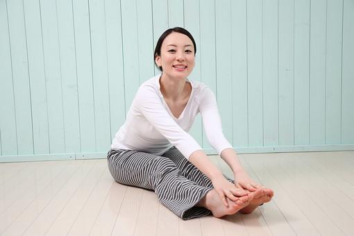 女性 若い女性 女 人物 部屋 一人暮らし リラックス 日本人 ライフスタイル 20代 休日 フィットネス 健康 ダイエット ストレッチ ヨガ YOGA 運動 体操 柔軟 屈伸 全身 ポーズ 座る 笑顔 スマイル 屋内 室内 mdjf001